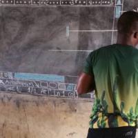 Διδάσκει στους μαθητές του πληροφορική χωρίς Ηλ. Υπολογιστές