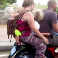 Κλινικά ηλίθιοι όσοι βάζουν τα παιδιά τους σε μηχανάκι χωρίς κράνος.
